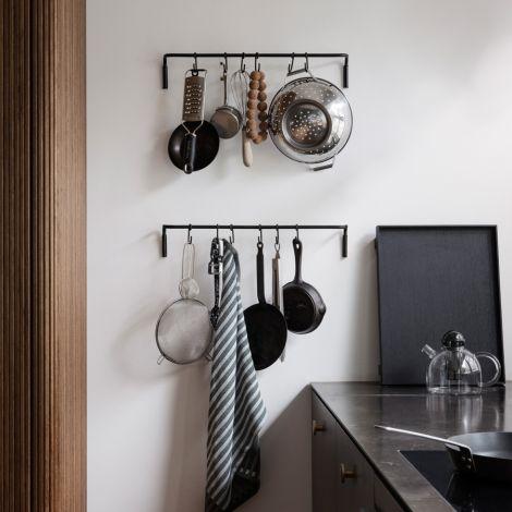 ferm LIVING Küchenstange mit 6 Haken Black •
