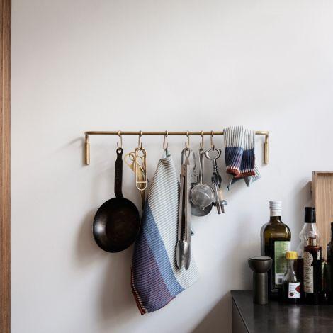 ferm LIVING Küchenstange mit 6 Haken Messing