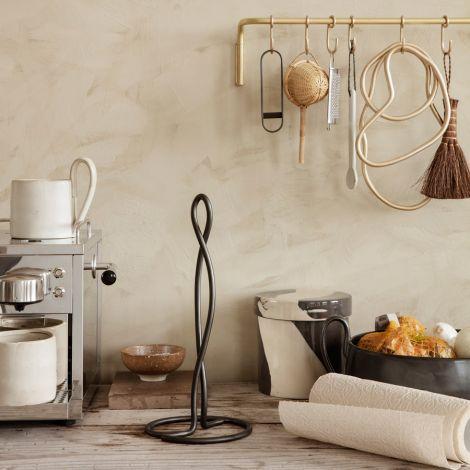 ferm LIVING Küchenrollenhalter Curvature Black Brass