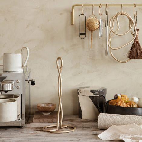 ferm LIVING Küchenrollenhalter Curvature Brass