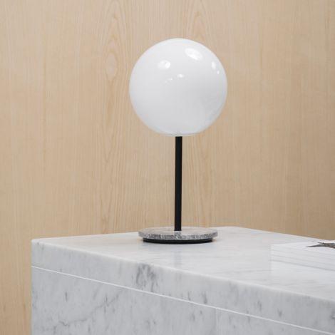 Menu TR Bulb Tischlampe Grey Marble mit glänzendem Opalglas
