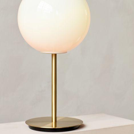 Menu TR Bulb Tischlampe Brushed Brass mit glänzendem Opalglas