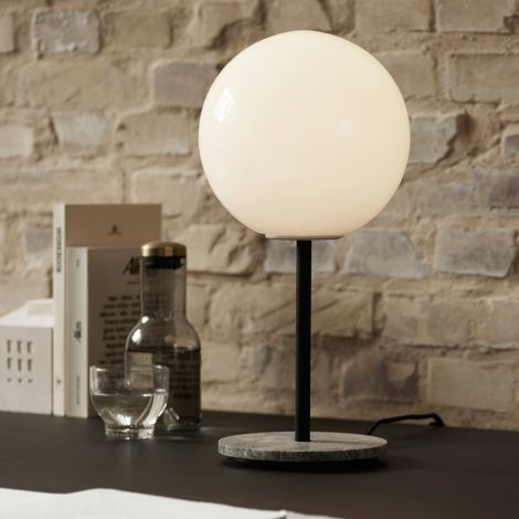 Menu TR Bulb Tischlampe Grey Marble mit mattem Opalglas