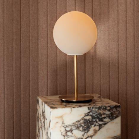 Menu TR Bulb Tischlampe Brushed Brass mit mattem Opalglas