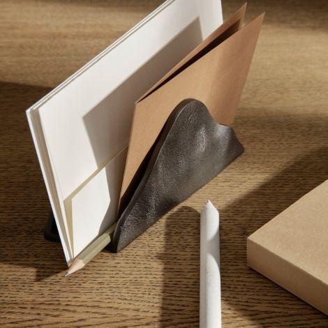 ferm LIVING Briefständer Yama Blackened Aluminium